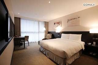 【台北-白金花園酒店】精心打造現代簡約的舒適客房,給您遠離塵囂的舒適空間,房內可見別緻典雅的家具裝潢,呈現溫馨時尚的空間藝術!