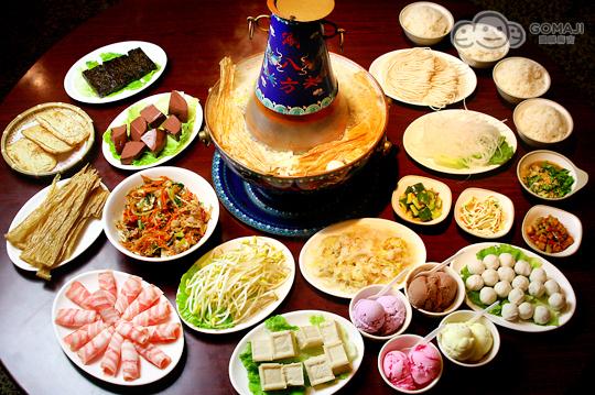 在烤盤中滋滋作響的烤肉片,豪邁淋上醬汁, 隨著熱騰騰的白煙,肉汁飛舞四射, 最後再細細嚼味上選的美味高湯頭,吃火鍋又吃得到烤肉, 除了〝涮八方〞,還有哪裡可以這麼過癮?快來痛快大啖美食吧!  中國什麼時候就有涮肉了呢?從考古資料看,內蒙早期壁畫中描述了一千一百年前契丹人吃涮羊肉的情景,契丹人圍火鍋而坐,有的正用筷子在鍋中涮羊肉,火鍋前的方桌上有盛著羊肉的鐵桶和盛著配料的盤子。這是目前所知描繪涮肉的最早資料。  在大陸最有名的還是老北京東來順的涮羊肉最道地,紫銅火鍋,以熱炭燒鍋;而在新店的〝涮八方〞紫銅鍋