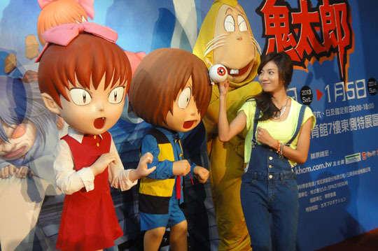 【日本國民偶像-鬼太郎與大家相見歡】 鬼太郎為日本漫畫家水木茂先生筆下作品,所畫的妖怪包羅萬象、栩栩如生,其形象深植日本人心中,儼然成為日本妖怪的最佳典範,本人也因此得到「妖怪博士」的美名。這些家喻戶曉的漫畫人物,除了內心善良的鬼太郎之外、充滿智慧又風趣的眼球老爹、小氣愛錢的臭鼠男、活潑可愛的貓女也都是固定班底。還有例如座敷童子、一反木棉、撒砂婆婆、唐傘怪等更多日本傳統妖怪也會登場,想要了解日本妖怪,看鬼太郎就對了! 【跳離二次元,鬼太郎和大家一起拍照】 為了救回被壞妖怪滑頭鬼從妖怪小鎮抓走的貓女,需要大