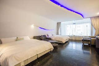 【蒙地拿旅店】位於台東市區,交通便利,時尚潮流的室內裝潢設計,兼具現代與未來科技感的主題房型,是旅人們來台東度假的最佳選擇!