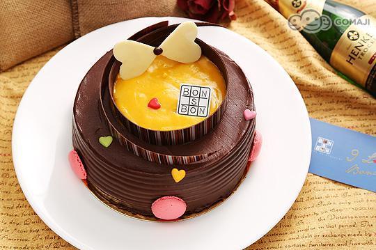 一年一度的爸爸節要到了!【bonbons de chocolat巧克力。糖】也準備好與你們一家人一同歡度這個美好的節日囉~這天不僅要好好的擁抱這個男人,還要為他馬殺雞、捶捶背,說聲「我愛你~」,再獻上香濃美味的瑞士蓮巧克力芒果蛋糕!祝全天下的老爸,父親節快樂!   巧克力達人的傑出新作  由知名甜點師傅Leo親手現作的手工巧克力蛋糕,來頭可不小,獲獎無數的他更打造過一座巧克力101大樓,贏得HOFEX世界廚藝美食大賽銀賞的光榮,台灣史上巧克力達人的美名就此誕生,創造各式不同的經典巧克力食品!  指定選