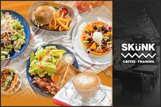 位民生社區!【SKUNK Coffee】澎湃豐富的史剛客經典早午餐一上桌就讓人垂涎,爽脆生菜、金黃蛋包、酥香吐司、鹹香培根,豐富美味一次享用!