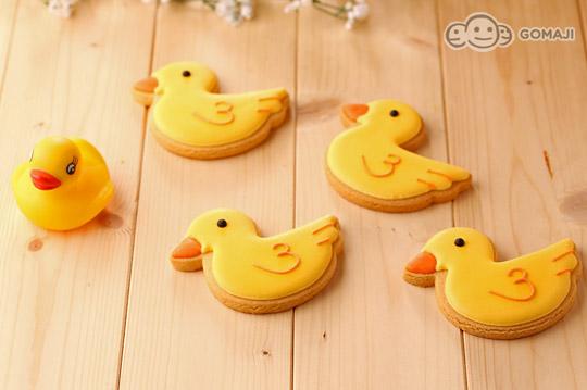 柠檬口味来制作,在造型设计上以小鸭刚孵出破蛋的可爱模样为雏形,彩绘