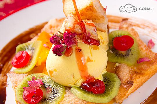现烤浓情密意的玫瑰蜜糖吐司,搭配上豪华的水果总汇,清爽不腻的甜图片