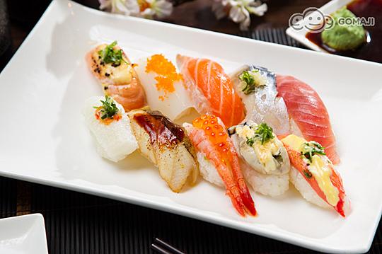 软壳蟹卷,炙烧比目鱼,酢鲭鱼,广岛炸牡蛎,唐扬鸡腿,老饕款寿司组合