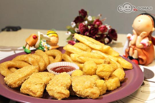 小朋友超爱的炸鸡块,薯条,洋葱圈,酥脆不油腻的点心拼盘,满满上