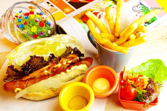 17号总汇三明治套餐    采用熏火鸡肉,新鲜生菜,煎蛋,蕃茄,培根,火腿图片