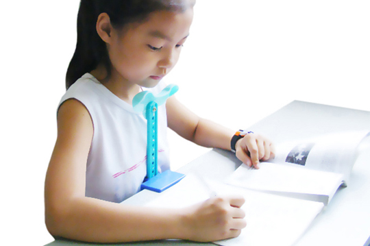 近視Out! 每次小孩在旁邊看書或寫字您是否都要時時刻刻叮嚀請他調整姿勢!本商品能有效的保持孩子看書寫字的正確距離,幫助孩子從小培養正確的讀寫姿態遠離近視!   精緻的作工! 採用安全高度韌性的ABS塑料,崁入電鍍精緻工藝,而其中細節處還使用弧面圓滑設計,能有效避免孩子不小心和産品發生碰撞所造成的傷害,給小孩子使用當然設計要安全到位!  使用、收納都超方便! 適合0.