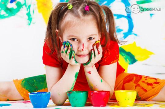開學季又要開始囉,爸爸媽媽又要開始為寶貝們準備開學用品啦! 麻吉為辛苦的爸爸媽媽,特別推出超值的「開學趣52件式畫筆水彩筆組合箱」, 水彩筆、彩色鉛筆、彩色蠟筆、色粉、膠水、鉛筆、橡皮擦、削鉛筆刀,一箱搞定!     就是♥塗鴉   小朋友的創意就是從隨手塗鴉開始,孩子的身體裡似乎都有繪畫的因子,只要有顏料,總是能隨手畫出充滿童趣的世界。塗鴉就像是孩子的本能,很多教育者也都鼓勵父母讓孩子多塗鴉來激發孩子的創造力。