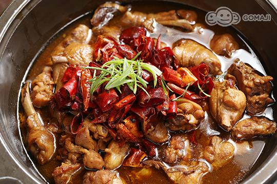 除了花雕鸡锅外,还有多种精致汤头任凭麻吉选择.